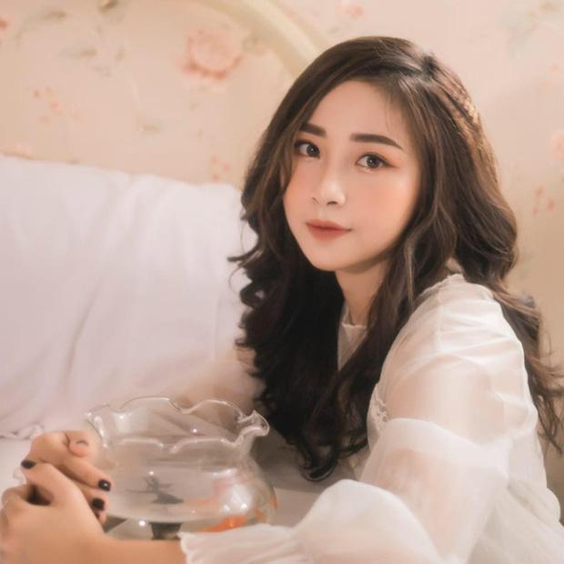 Nhật Linh năm nay 22 tuổi, đến từ Nghệ An, hiện đang sinh sống và làm việc ở TP. HCM. Cô nàng được nhiều người biết đến khi những hình ảnh xinh xắn, dịu dàng trong thời gian đi thực tập bất ngờ lan truyền trên mạng xã hội.