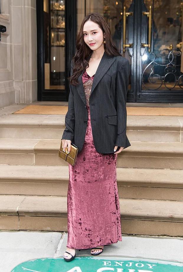 Với thân hình nhỏ nhắn của Jessica, việc mix đầm nhung màu rượu vang đỏ với blazer oversized đen khiến cô trông lùn hơn đi nhiều, kiểu style này chỉ thích hợp với những cô nàng chân dài và cao trên 1m70 sẽ đẹp hơn