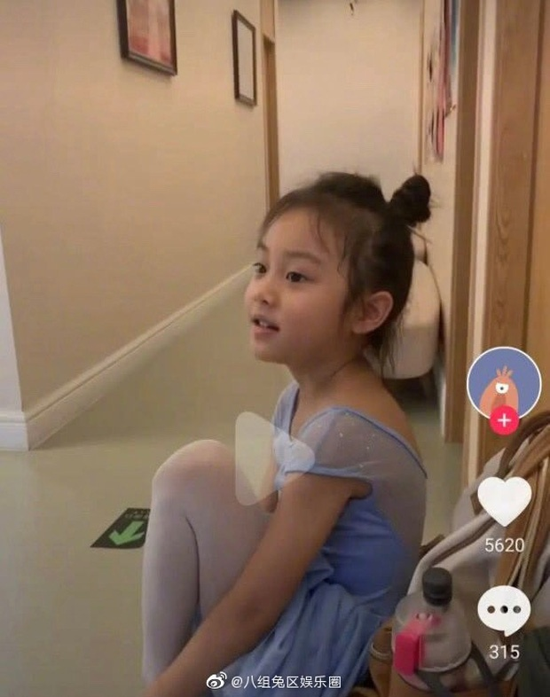Trong những bức ảnh được chia sẻ Điềm Hinh đang mặc đồ tập múa, cô bé búi tóc cao đơn giản
