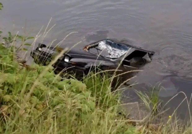 Max Werenka tình cờ phát hiện một chiếc xe ô tô bị lật, chìm sâu khoảng 4,5 m ở hồ Griffin, thị trấn Revelstoke (British Columbia).