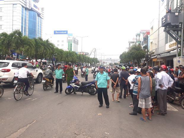 Nhiều người dân hiếu kỳ đứng xem làm giao thông bị ách tắc cục bộ. Ảnh: báo Giao Thông