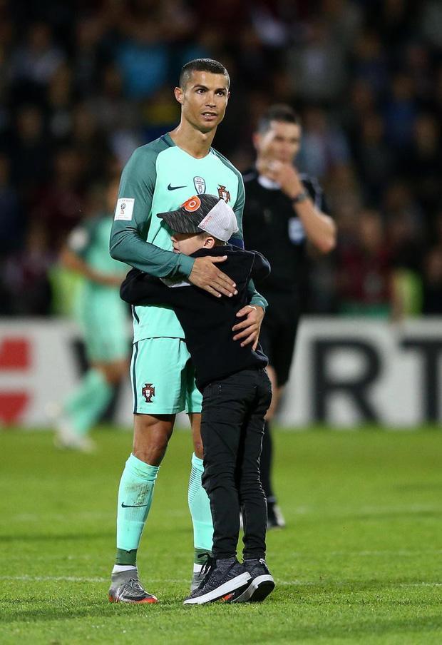Ronaldo sẵn sàng chiều lòng fan.