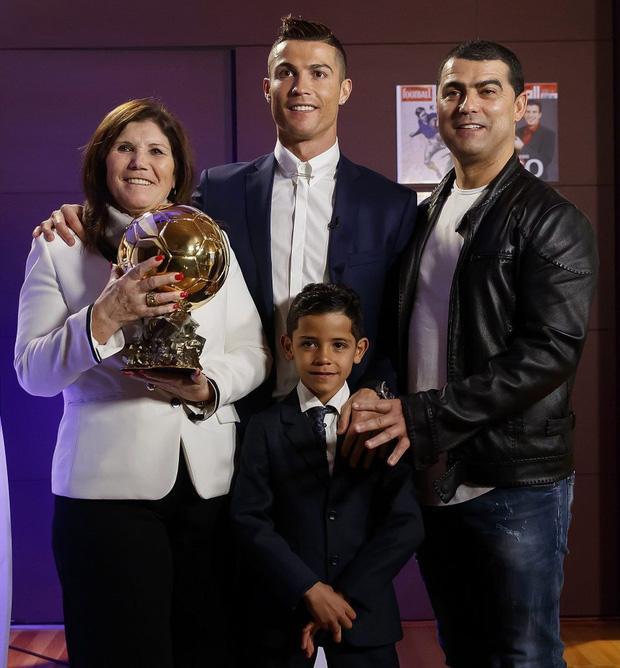 Ronaldo hạnh phúc bên mẹ, anh trai và con trai.