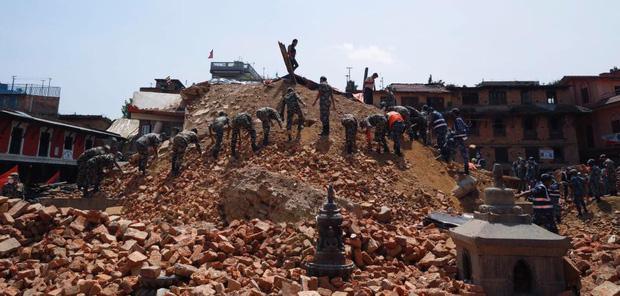 Ronaldo cứu trợ động đất tại Nepal.