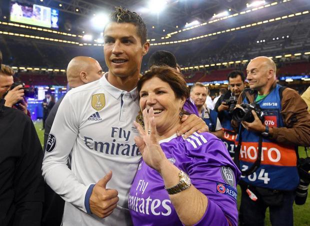 Siêu sao Bồ Đào Nha và mẹ.