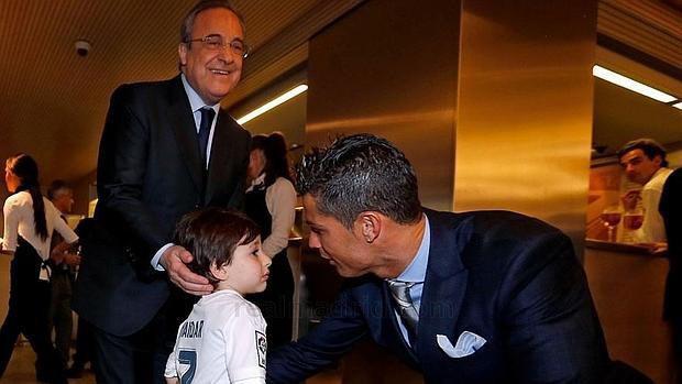 Cậu bé mồ côi xúc động khi gặp Ronaldo.
