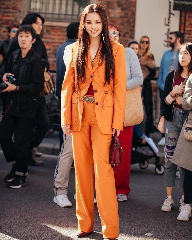 """Set đồ suit cam thanh lịch mà Honey Lee mặc """"gây sốt"""" tại MIlan Fashion Week thu hút đám đông"""