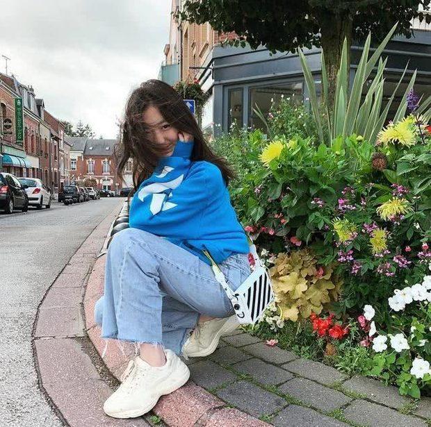 Lý Yên khoe dáng chụp ảnh cực sành điệuvà vô cùng thần thái bên đường cùng những đóa hoa