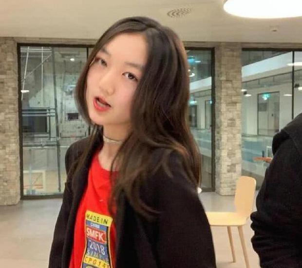 Trong ảnh Lý Yên chia sẻ, cô bé make up khá 'điệu đà' với môi được son đỏ và tóc uốn xoăn nhẹ nhàng