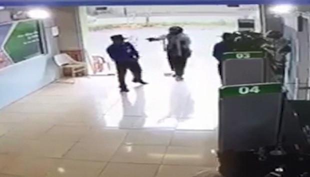 Thượng úy công an bịt mặt, nổ súng tại ngân hàng ở Thanh Hóa. Ảnh: Báo Giao thông