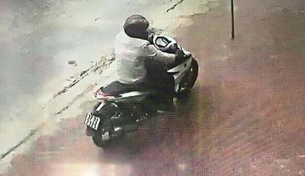 Đào Xuân Tư tẩu thoát khỏi hiện trường bằng xe máy. Ảnh: Nhịp Sống Việt