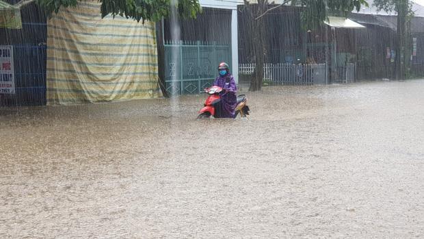 Nước ngập khiến phương tiện di chuyển khó khăn. Ảnh: Trí Thức Trẻ