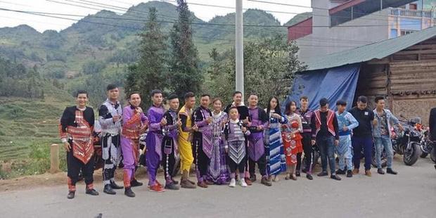 Đoàn rước dâu trong trang phục dân tộc với màu sắc rực rỡ. Ảnh: Facebook