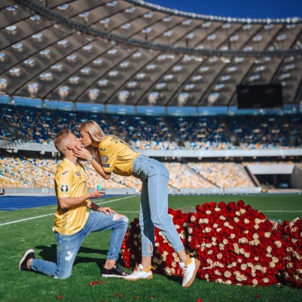 Zinchenko cầu hôn bạn gái một cách đầy bất ngờ.