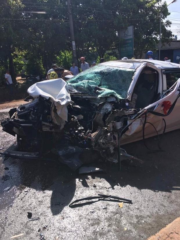 Xe rước dâu bị hư hỏng nặng sau cú đâm trực diện xe tải. Ảnh: TTXVN