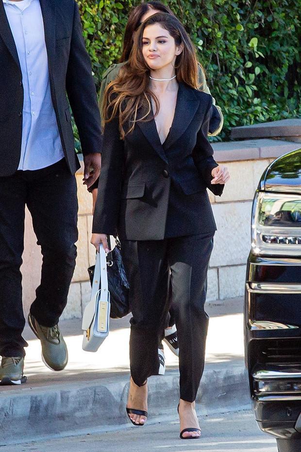 Trước đó một ngày Selena thu hút cánh phóng viên khi chọn cho mình bộ suit đen quyền lực khoe được vòng 1 đầy đặn