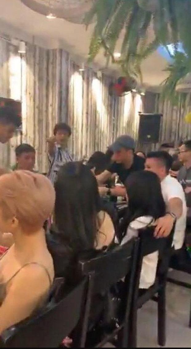 Quang Hải và Thanh Thủy tại tiệc sinh nhật của người chị quản lý thân thiết.