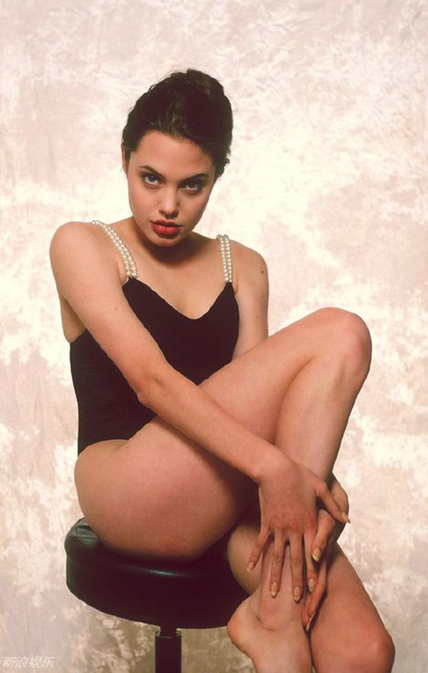 Tuy mới 16 tuổi khi thực hiện bộ ảnh này nhưng nữ diễn viên vẫn không ngại tạo dáng khiêu khích gợi gảm