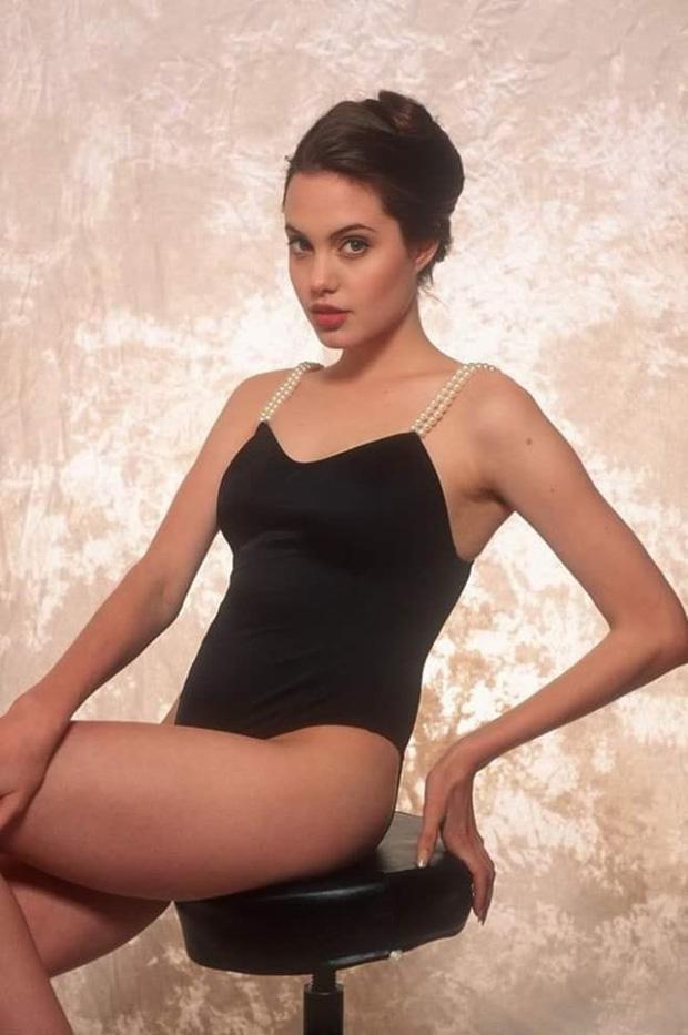 Bộ ảnh áo tắm của Angelina Jolie được nhiều người cho rằng là khá táo bạo so với độ tuổi của cô lúc bấy giờ