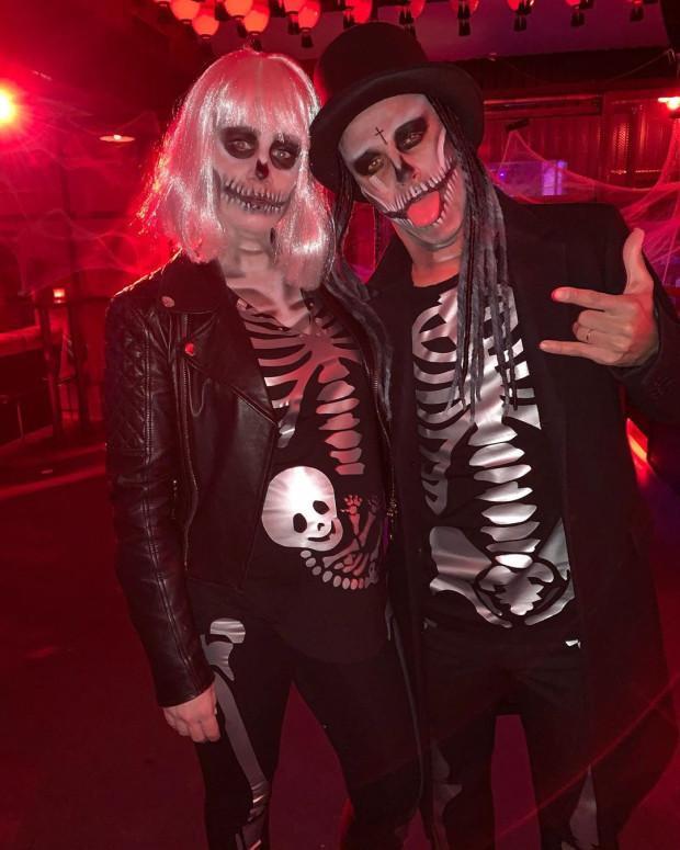 Tiền vệ Thiago cùng bạn gái trở nên ghê rợn với bộ hoá trang xương người.