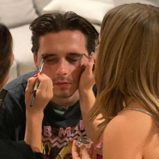 Cũng chính vì 'cái tâm' của mình mà Harper Beckham đã dùng hết mỹ phẩm của mẹ Victoria để hóa trang cho bố và anh trai.