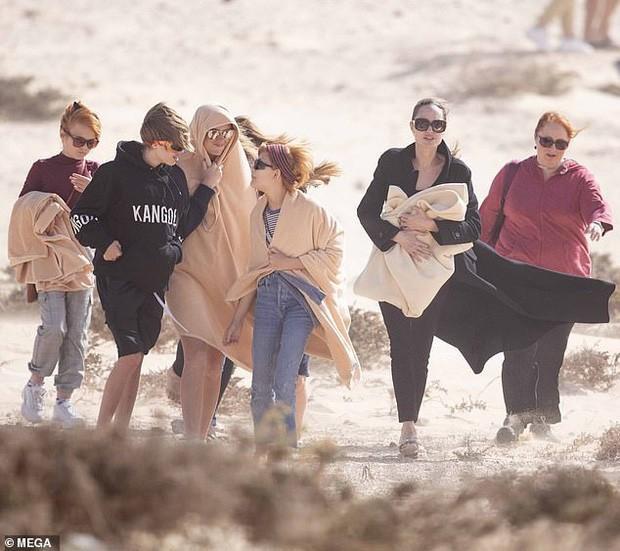 """Angelina Jolie xuất hiện tại bờ biển Tây Ban Nha cùng 4 người con nhỏ và bạn diễn nhí trong siêu phẩm Marvel """"The Eternals"""""""
