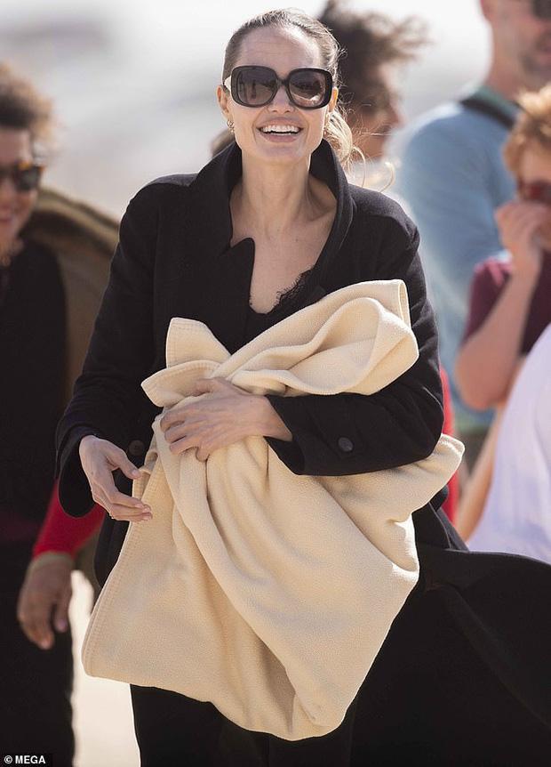 Tuy vậy nữ minh tinh vẫn nổi bần bật với nụ cười rạng rỡ, hạnh phúc