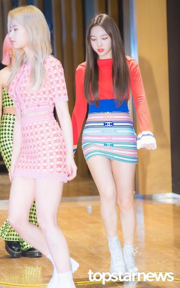Nayeon (JYP) cũng đụng hàng các chị em đồng nghiệp nhưng ăn vận có phần phá cách hơn khi mix chân váy ôm với áo đỏ tay dài croptop