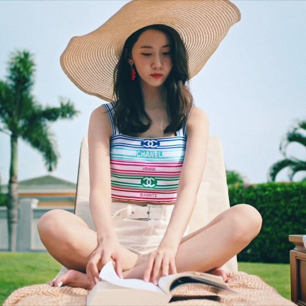 Nữ thần Yoona trẻ trung trong kiểu áo xì tin của nhà mốt Chanel dù đã 29 tuổi.