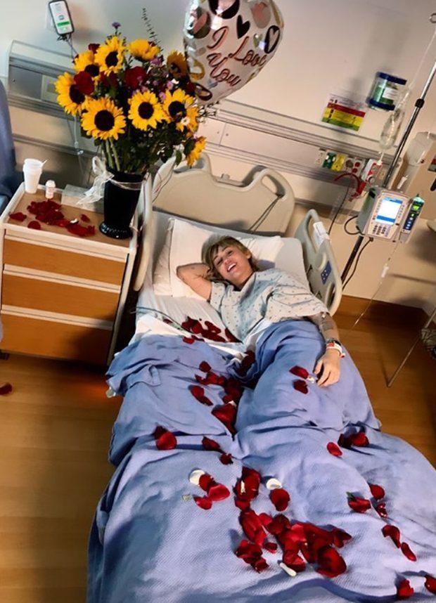 Hình ảnh Cody Simpson bên ủng hộ tinh thần lúc phẫu thuật