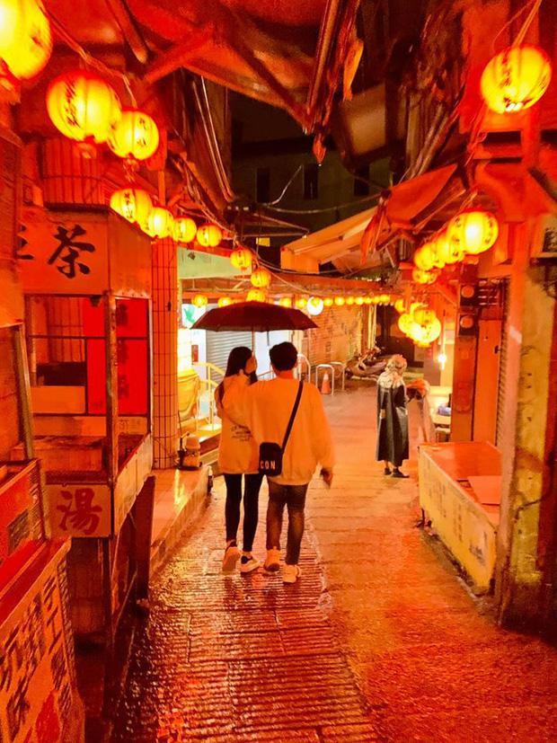 """Khoảnh khắc Trấn Thành Hari sánh đôi dưới chiếc ô đã làm người hâm mộ """"ghen tỵ"""" vì quá đỗi ngọt ngào"""