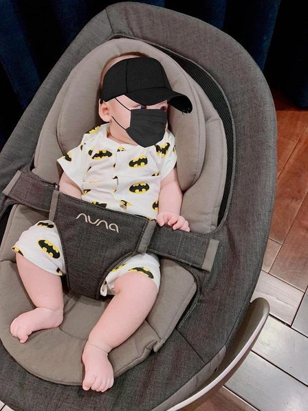 Gần một tuổi, con trai Tú Anh được nhận xét là có vẻ ngoài bụ bẫm và ưa nhìn đặc biệt là làn da trắng, đôi mắt to tròn, đáng yêu được thừa hưởng từ cha và mẹ