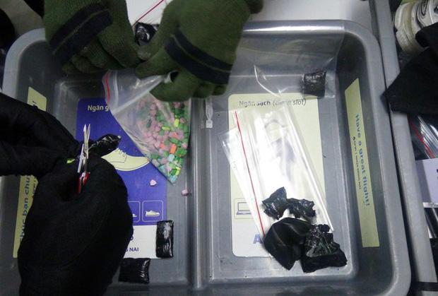 Tang vật nghi là ma túy bị công an thu giữ. Ảnh: Tiền Phong
