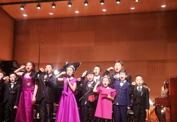 Hình ảnh của Điềm Hinh tại trường học, có thể nhận ra cô bé đang tham gia một buổi diễn văn nghệ