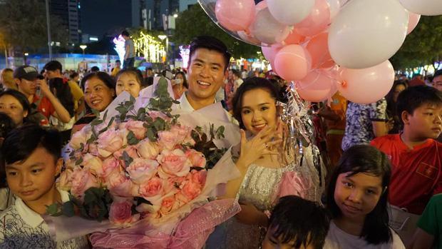 Duy Mạnh bất ngờ cầu hôn bạn gái Quỳnh Anh vào ngày 1/1 vừa qua.