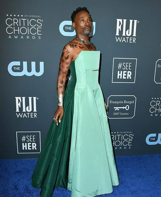 Kiểu váy được pha hai màu xanh với nhau, với phần phía trước là màu xanh ngọc, phía sau lưng là màu xanh lá cây đậm