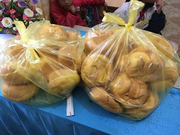 Những chiếc bánh mì mà cô giáo vùng cao này đặt cho học sinh của mình