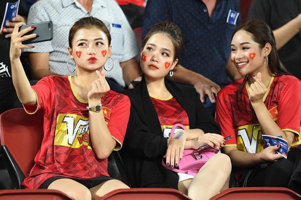 Huyền My cùng hai người bạn của mình sang Thái Lan để cổ vũ đội tuyển Việt Nam