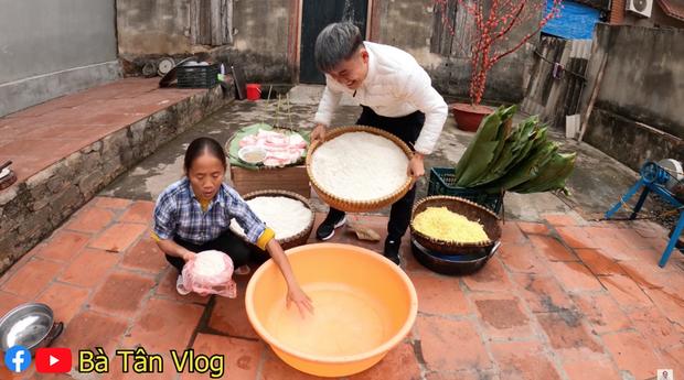 25kg gạo, lá dong, đậu xanh, thịt heo… là những nguyên liệu bà Tân chuẩn bị để làm chiếc bánh chưng siêu to khổng lồ.