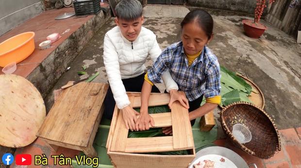 Bà Tân đã phải đầu tư một chiếc khuôn siêu to khổng lồ để có thể đựng hết 25kg gạo nếp, đậu xanh, lá dong và thịt heo,…