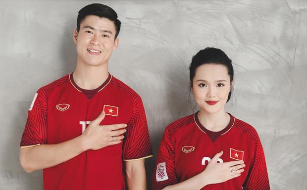 Duy Mạnh  Quỳnh Anh tung ảnh cưới nhắng nhít với áo cầu thủ ảnh 1