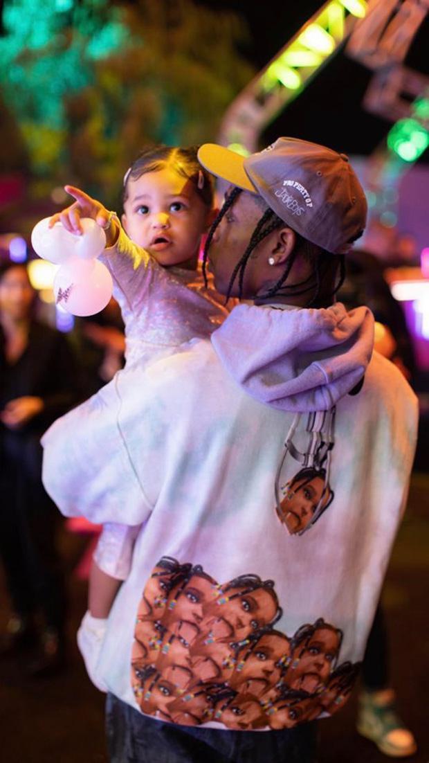 """Travis Scott cũng mặc chiếc áo trong khuôn khổ """"Stormi World"""" và chung vui cùng con gái"""
