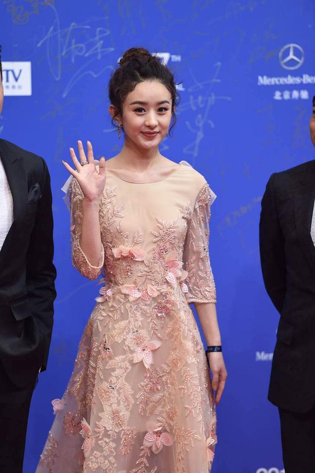 Cô bị nhận xét là già nua, bị stylist hại với cách trang điểm và làm tóc dành cho những bà cô ajuma của phim Hàn