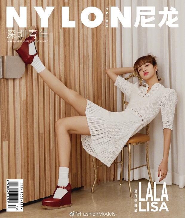 Kiểu váy này từng được búp bê Thái Lan mặc khi xuất hiện trên trang bìa tạp chí Nylon Trung Quốc số tháng 1.