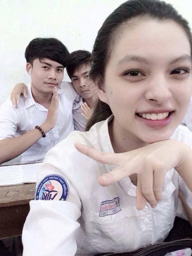 Loạt ảnh thời học sinh gây bất ngờ của các hotgirl Việt: Người nhí nhảnh năng động, người có màn lột xác 'đỉnh cao' ảnh 1