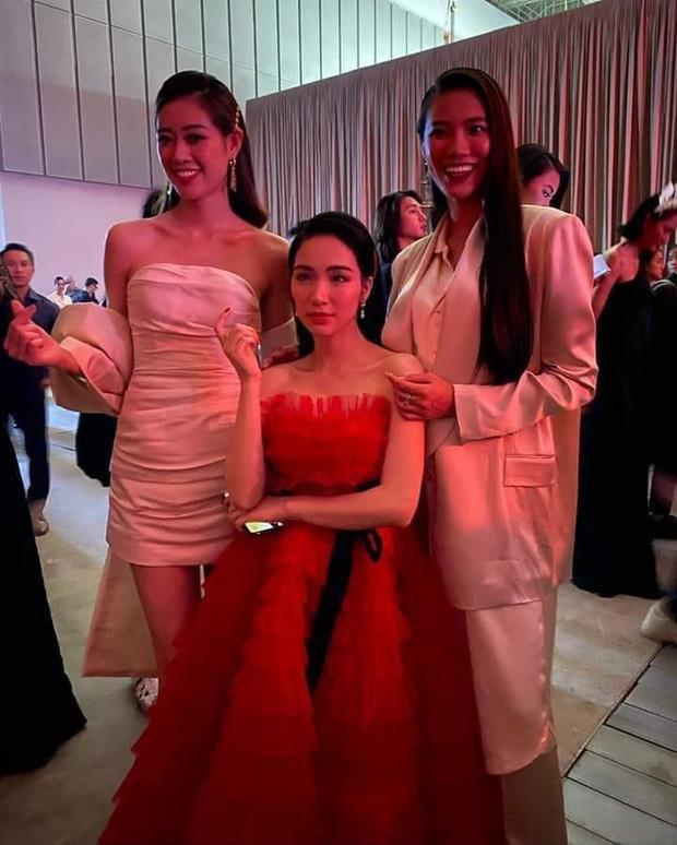 """Hòa Minzy từng khiến mọi người bật cười với khoảnh khắc """"lọt thỏm"""" bên Hoa hậu Khánh Vân và Kim Duyên"""