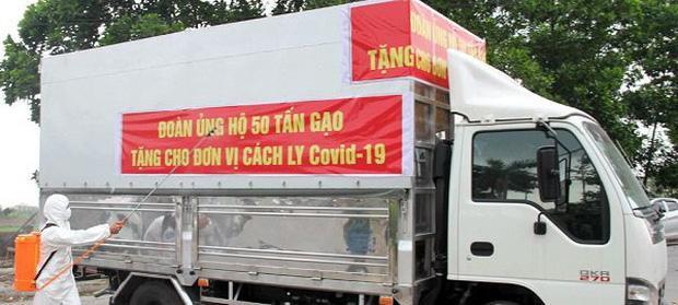 Hình ảnh đoàn xe chở 50 tấn gạo do bà Thuỷ ủng hộ. Ảnh Báo Bắc Giang.