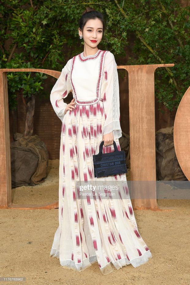 """Angelababy vẫn được fans ưu ái gọi cho cái tên """"nàng thơ Dior"""" khi bất cứ lúc nào mà cô diện trang phục váy vóc của nhà mốt này đều xinh đẹp tựa nữ thần"""