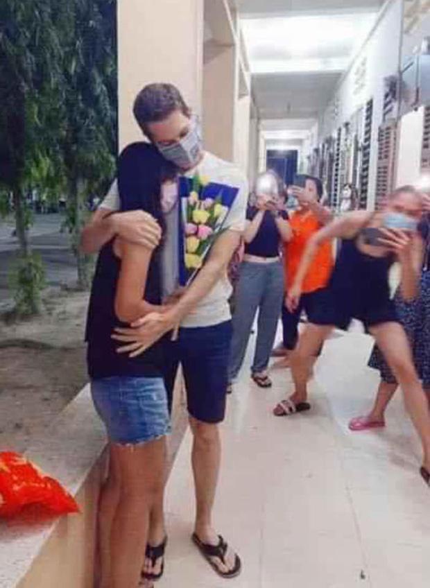 Hết dạy catwalk, Võ Hoàng Yến tiếp tục khiến dân tình cười mệt nghỉ với màn hóng hớt cặp đôi tỏ tình tại khu cách ly ảnh 0