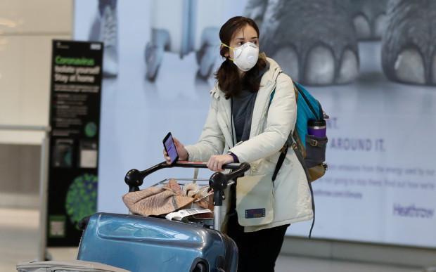 Nhân viên sân bay ở Anh đang phải đối mặt với nguy cơ nhiễm COVID-19 do không đảm bảo điều kiện an toàn.